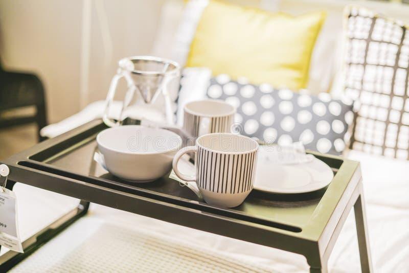 O bom dia acorda o conceito alimento na tabela na cama f imagens de stock