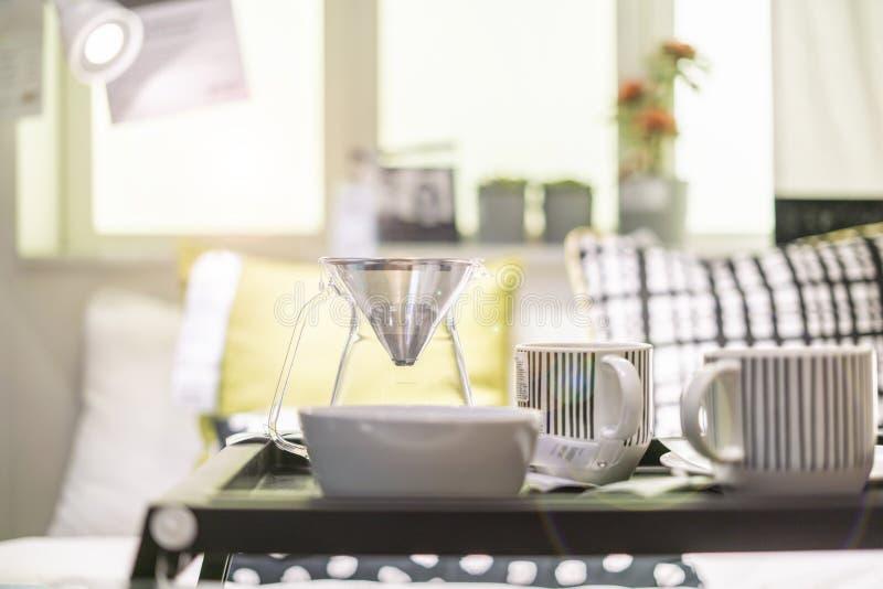 O bom dia acorda o conceito alimento na tabela na cama f imagem de stock royalty free