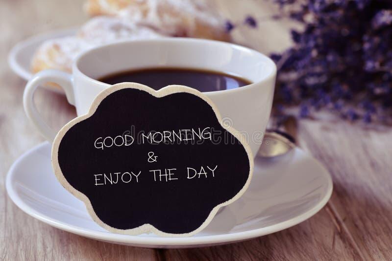 O bom dia do café da manhã e do texto e aprecia o dia foto de stock royalty free
