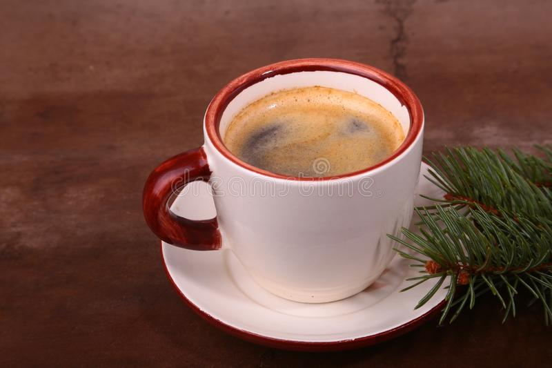 O bom dia ou tem o Feliz Natal de um dia agradável Xícara de café com cookies e ramo fresco do abeto ou do pinho fotos de stock royalty free