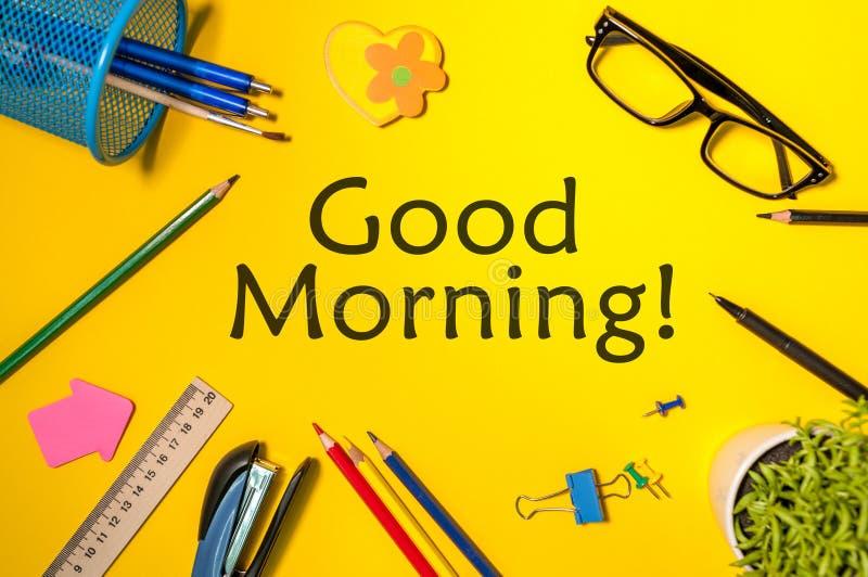 O bom dia ou tem um conceito feliz da mensagem do dia no local de trabalho amarelo em casa ou no escritório foto de stock royalty free