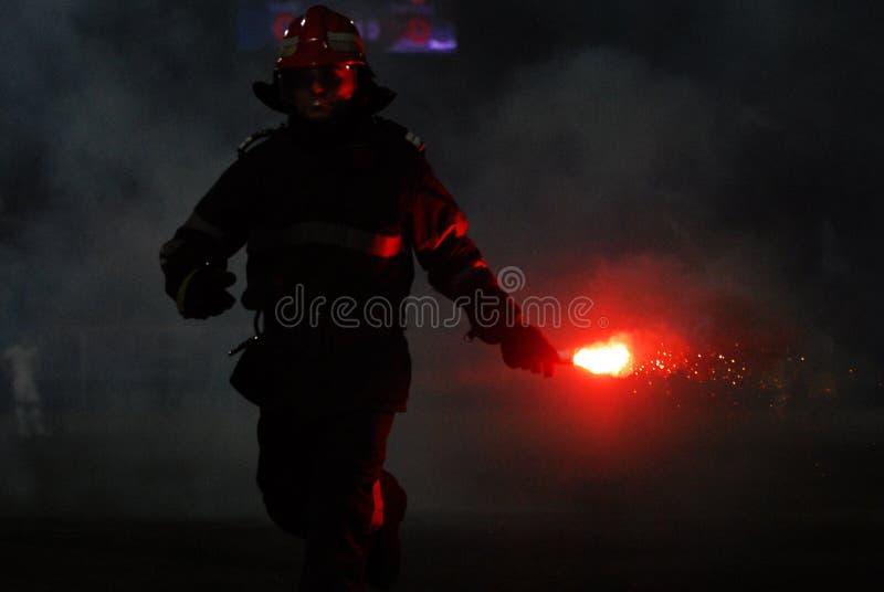 O bombeiro pegara um alargamento imagem de stock