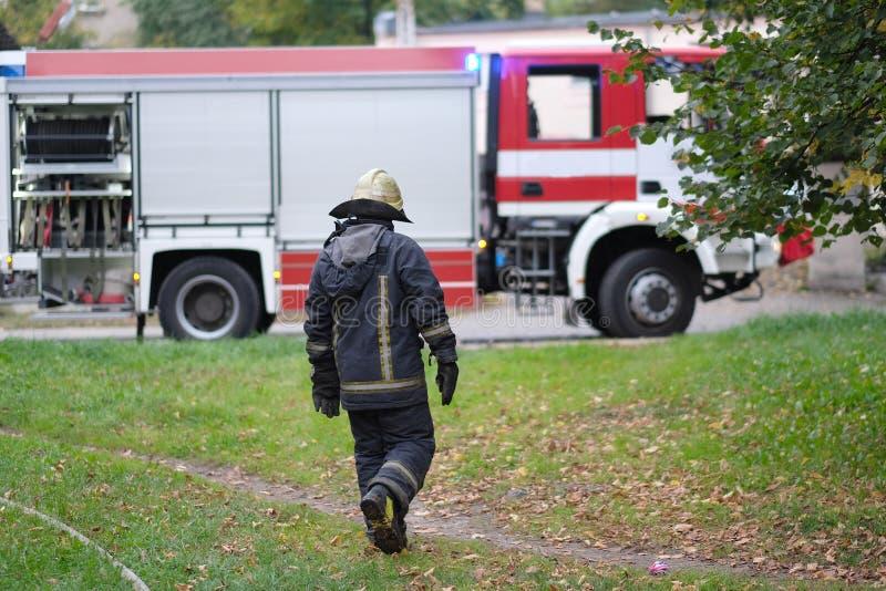 O bombeiro vai ao carro de bombeiros imagem de stock