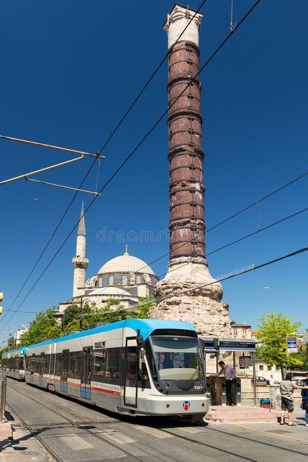 O bonde parou na coluna de Constantim em Istambul fotografia de stock royalty free