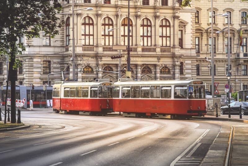 O bonde vai pela rua em Viena fotos de stock
