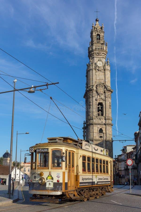 O bonde velho e o dos famoso Clerigos de Torre elevam-se em Porto, Portugal foto de stock royalty free