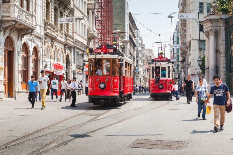 O bonde vermelho vai em Istiklal a Taksim, Istanul foto de stock