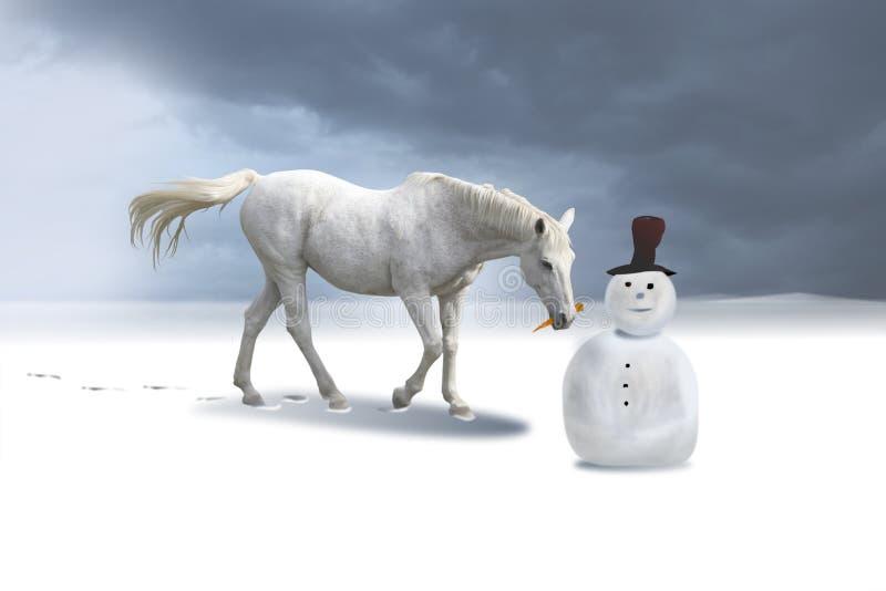 O boneco de neve e o cavalo em um inverno ajardinam. fotos de stock