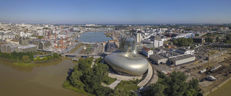 O BORDÉUS, FRANÇA 6 de junho de 2018 menciona du Vin, museu do vinho do rio de Garona do Bordéus imagens de stock