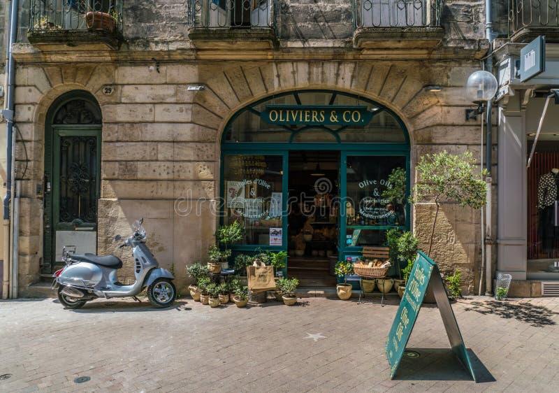 O Bordéus, França, 9 pode 2018 - o ` Oliviers & Co da loja ` com herrbs fotografia de stock royalty free