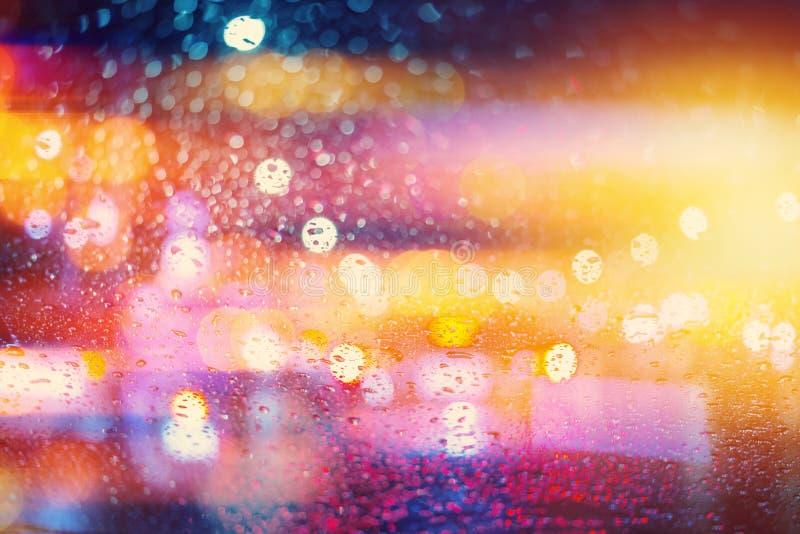 O borrão colorido que chove a água da estação da chuva ligeira da noite deixa cair imagens de stock royalty free