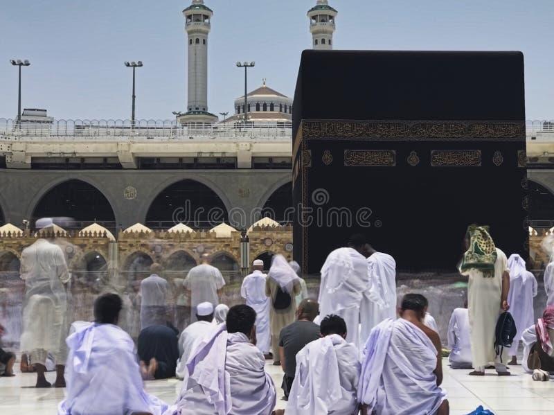 O borrão de movimento de peregrinos muçulmanos circumambulate o Kaaba no sentido anti-horário em Masjidil Haram em Makkah, Arábia fotografia de stock