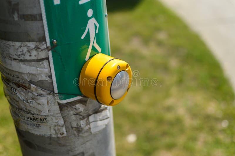 O botão amarelo do mecanismo ilumina sinais na rua foto de stock royalty free