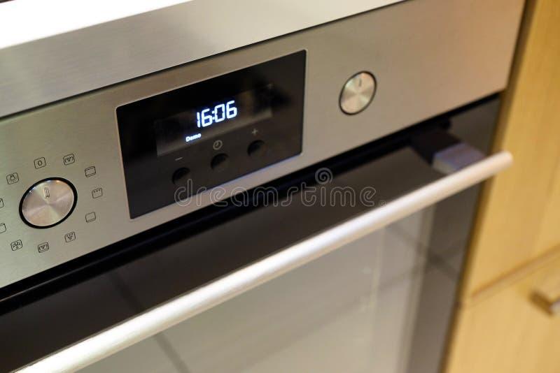 O botão controla a posição dos modos para cozinhar no forno opinião do close-up de cima de fotos de stock royalty free