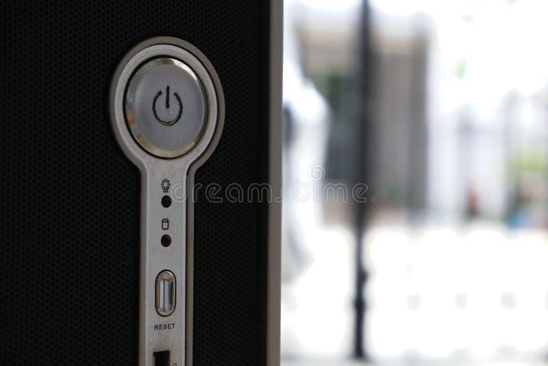 O botão do poder do computador com fundo do metal, caixa preta do computador, comuta o botão de ligar/desligar foto de stock royalty free