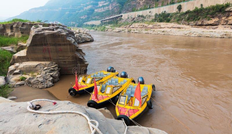 O bote de salvamento no Rio Amarelo imagens de stock