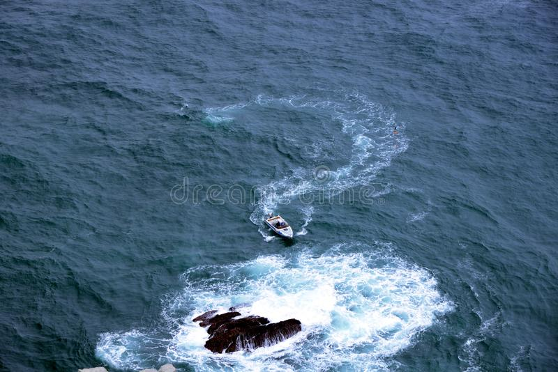 O bote navega pela água fotografia de stock