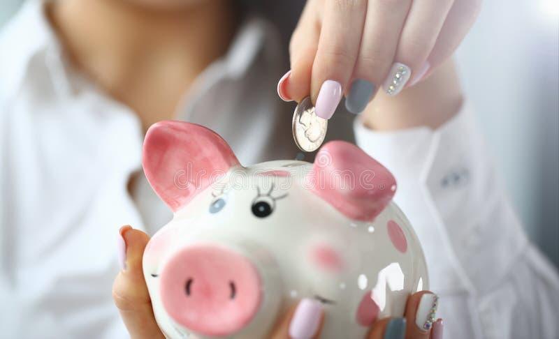 O bra?o f?mea p?s o quarto de prata no close up do entalhe imagem de stock royalty free
