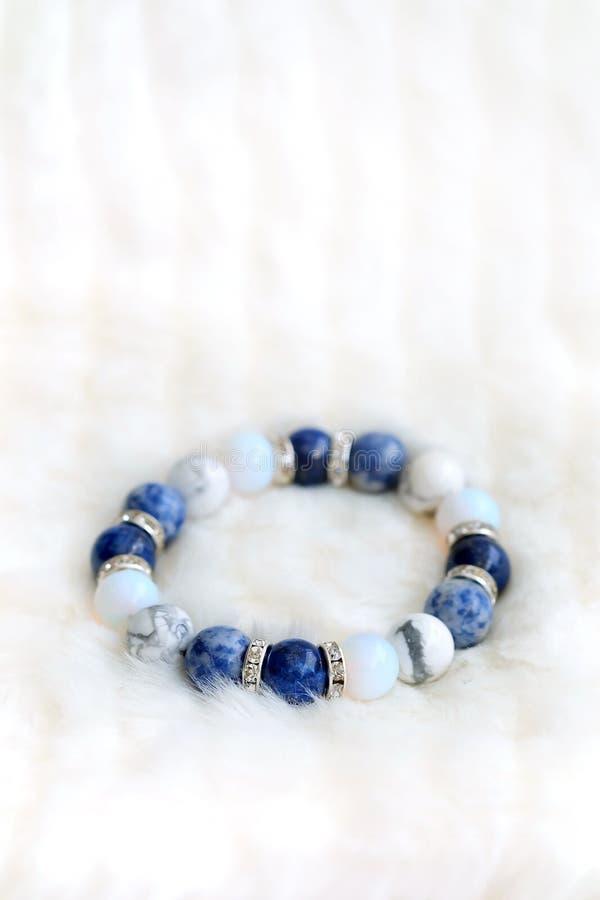 O bracelete afortunado da pedra da fortuna do tom azul e branco da cor inclui que lápis-lazúli, Sodalite, Howlite e Moonstone nas imagem de stock