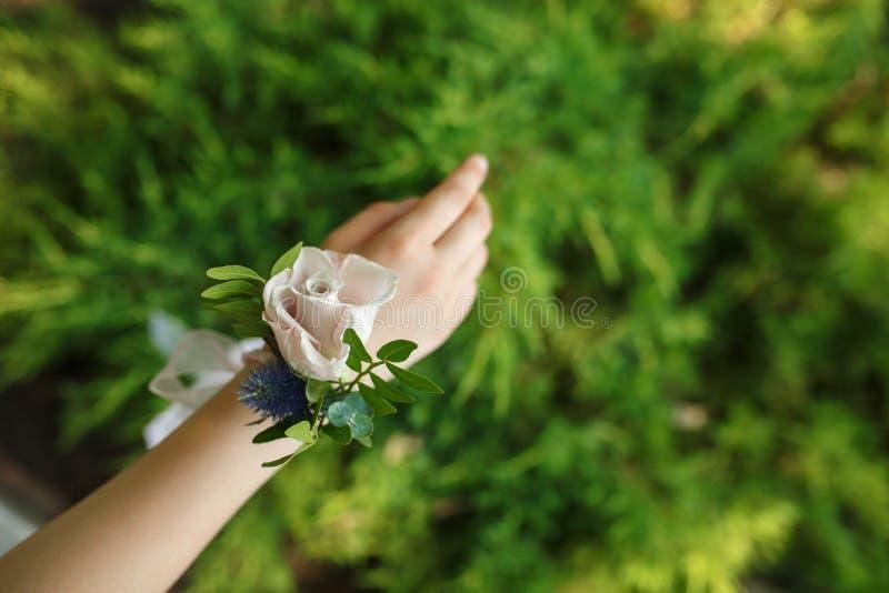 O bracelete da posse do decorador do florista para a dama de honra fez de p fresco foto de stock royalty free