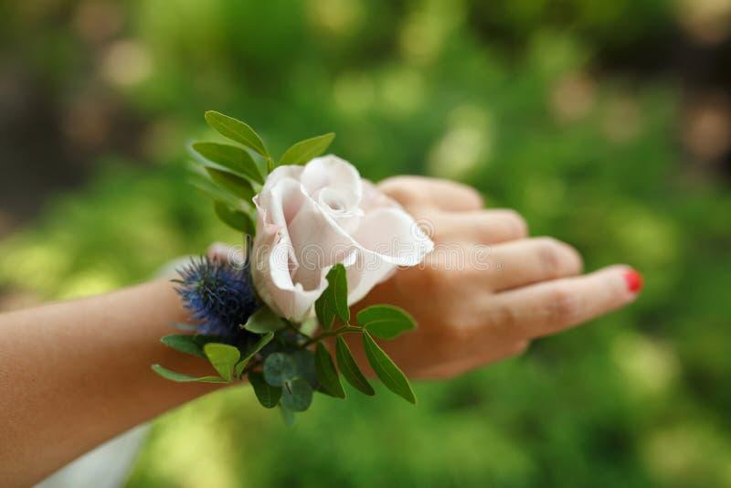 O bracelete da posse do decorador do florista para a dama de honra fez da rosa cor-de-rosa fresca O casamento floresce a decoraçã foto de stock
