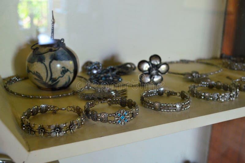 O bracelete de prata foto de stock