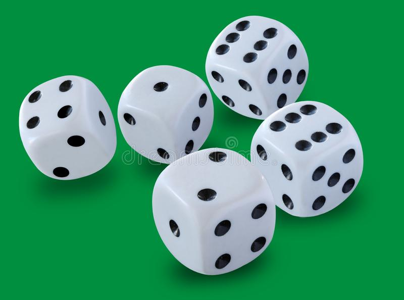 O branco cinco corta o tamanho jogado em um jogo de excrementos, yatzy ou em qualquer tipo do jogo dos dados contra um fundo verd foto de stock royalty free