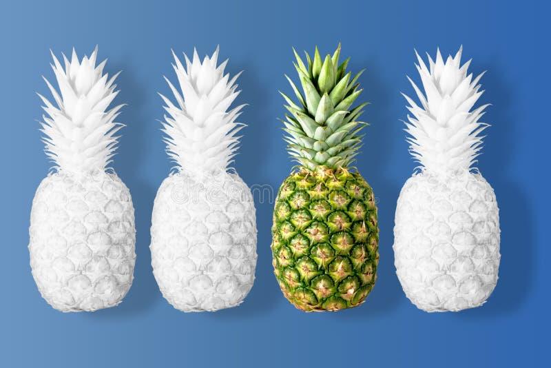 O branco coloriu abacaxis em um fundo azul vívido imagens de stock