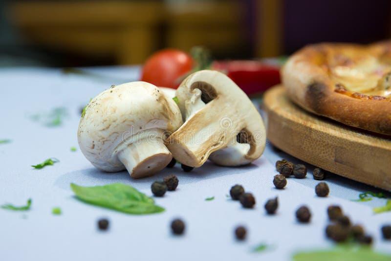 O branco cresce rapidamente cogumelos, aneto, salsa, tabela de madeira velha, estilo r?stico, foco seletivo Únicos cogumelo e méd imagem de stock royalty free