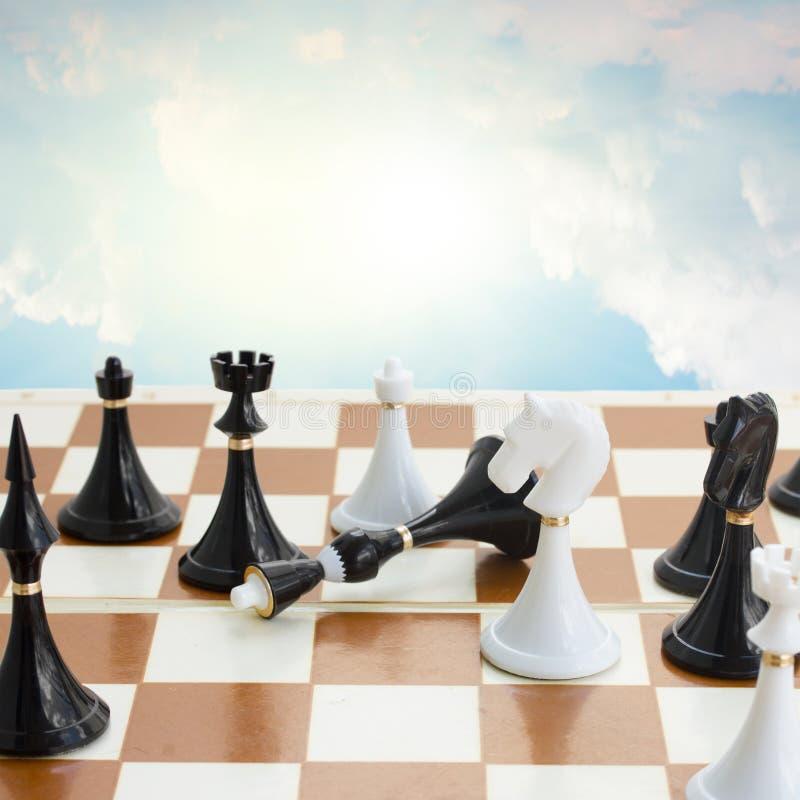 O branco do Checkmate derrota o rei preto fotos de stock royalty free