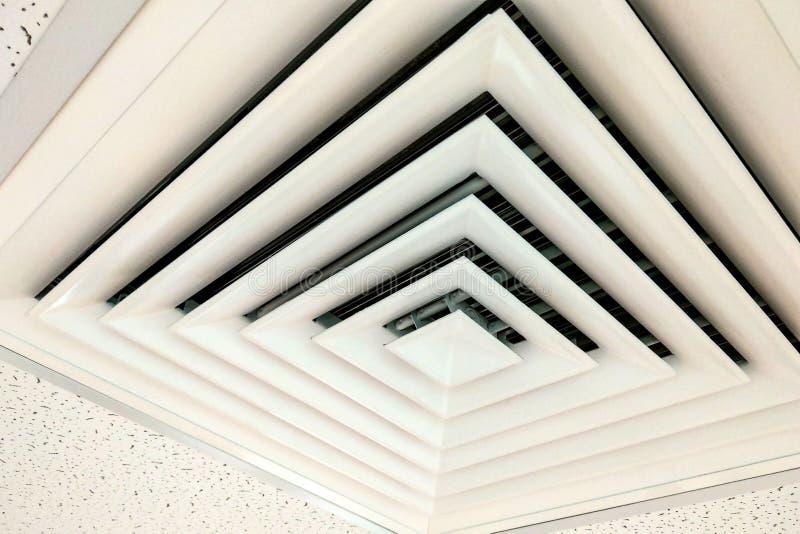 O branco do teto do canal de ar, o canal de ar na forma quadrada, o condicionador de ar do respiradouro da circunstância ou o res foto de stock