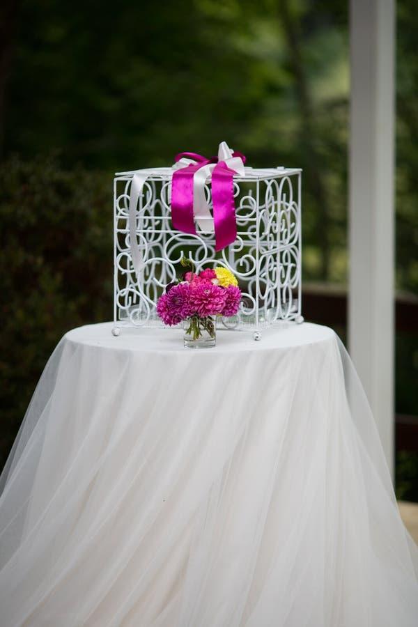 O branco do vintage ornated a gaiola do metal no corredor do casamento com flores mim foto de stock royalty free