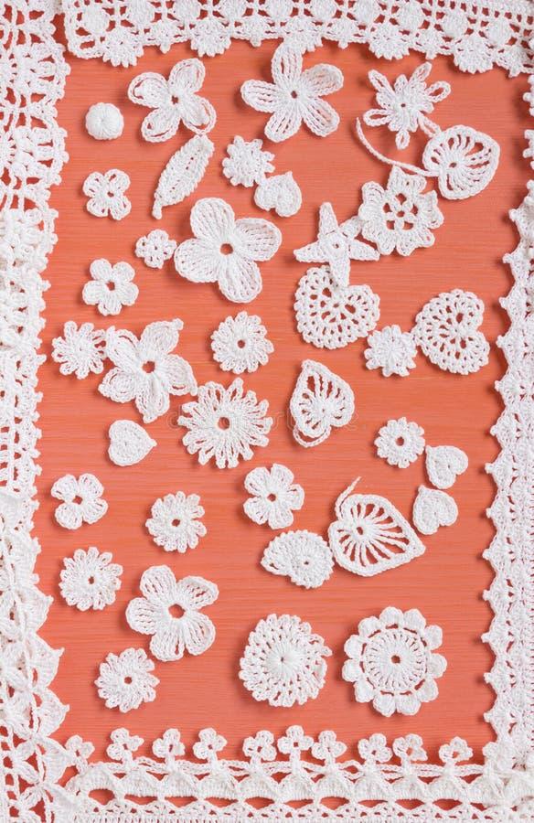 O branco feito a mão faz crochê o teste padrão do quadro, fazendo malha, costurando Contexto caseiro Laço de Mori Girl Bordado cr foto de stock