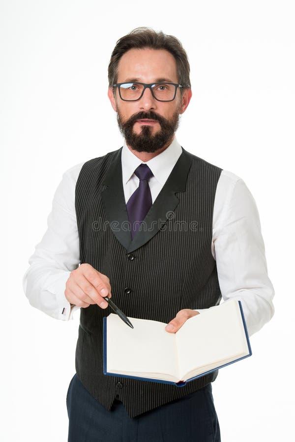 O branco formal do bloco de notas da posse da roupa do homem explica o assunto do negócio Conceito da escola de negócios Conferên imagens de stock royalty free