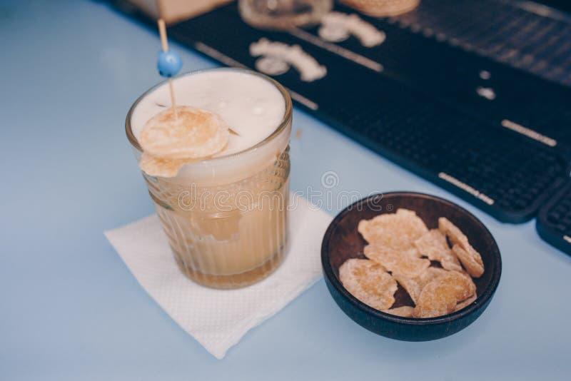 O branco leitoso famoso doce com caramelos secou frutos que o autor inspirou a bebida do cocktail - no contador da barra Opinião  fotografia de stock royalty free
