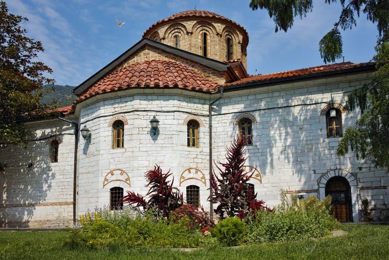 O branco mergulhou voo acima da igreja principal, monastério de Bachkovo, imagem de stock royalty free