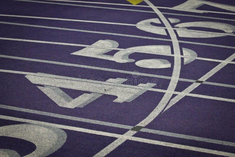 Pistas internas do atletismo com números fotos de stock
