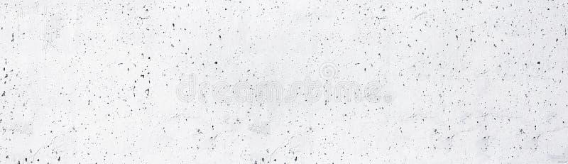 O branco pintou a textura larga do muro de cimento velho Fundo panorâmico Whitewashed da superfície áspera do cimento foto de stock