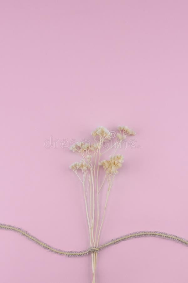 O branco secado floresce o ramalhete com corda marrom fotografia de stock royalty free