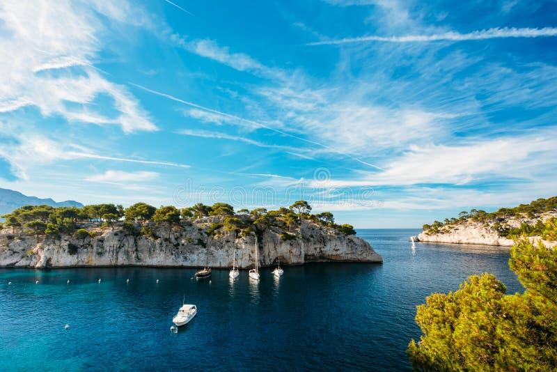 O branco Yachts barcos na baía Calanques na costa dos azuis celestes do franco imagens de stock royalty free