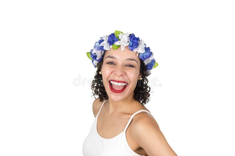 O brasileiro está rindo A mulher negra veste uma grinalda É dresse imagem de stock
