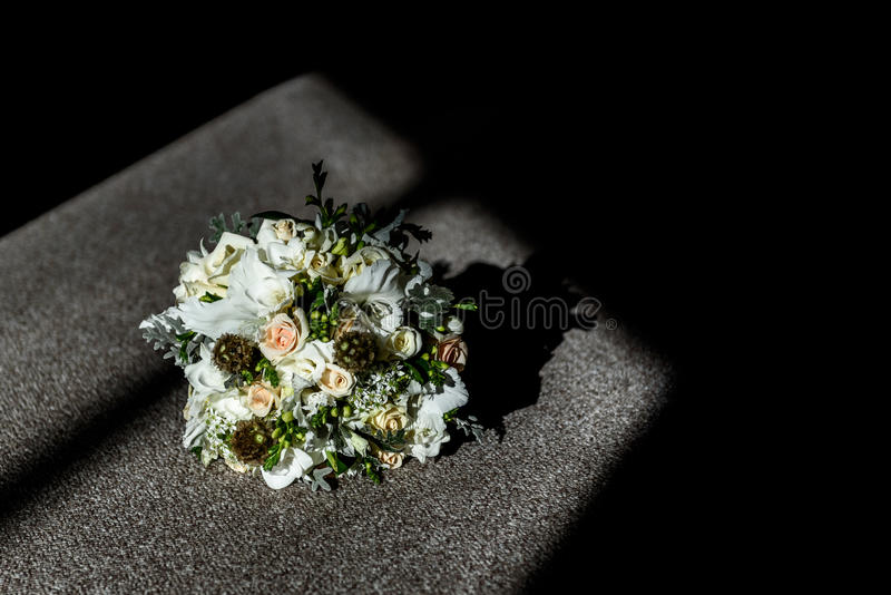O bride& x27; ramalhete de s no assoalho fotos de stock royalty free