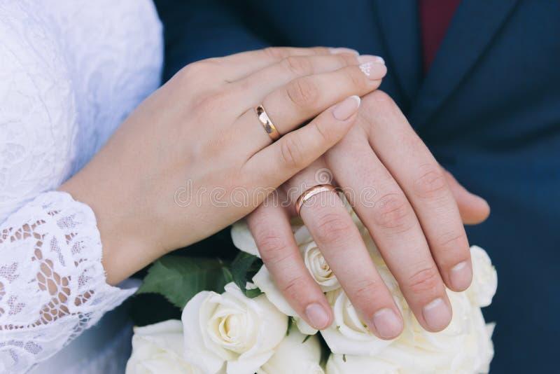 O bride& x27; ramalhete de s Soa recém-casados r Entrega o recém-casado imagem de stock royalty free