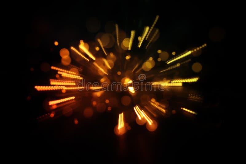 O brilho abstrato ilumina o fundo a luz do ouro estourou defocused ilustração stock