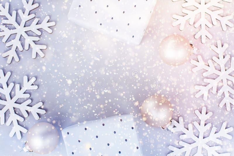 O brilho colorido dos confetes das caixas de presente das quinquilharias dos flocos da neve do fundo da bandeira do quadro do ano fotografia de stock royalty free