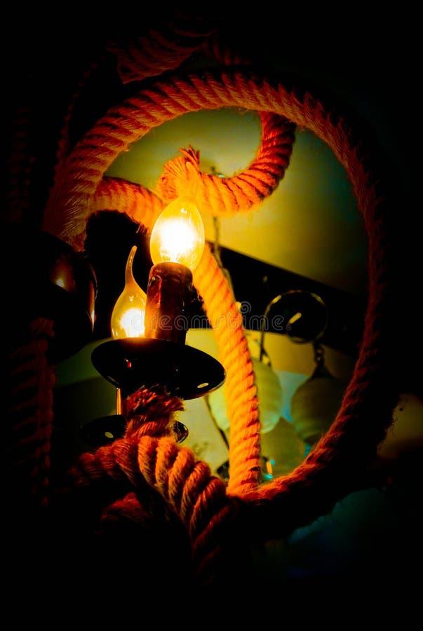 O brilho da lâmpada na obscuridade imagem de stock royalty free