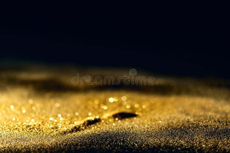 O brilho ilumina o fundo do grunge, fundo Twinkly abstrato defocused das luzes do brilho do ouro imagem de stock