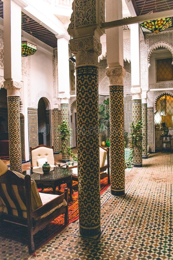 O brinde com chocolate holandês polvilha no marroquino tradicional backgroundTypical branco isolado Riad com o design de interior fotos de stock