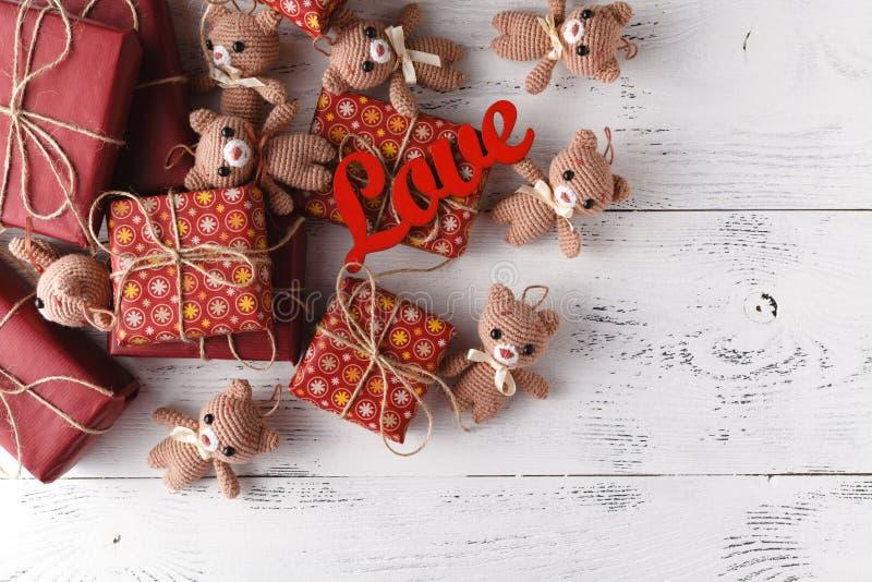 O brinquedo bonito carrega no fundo de madeira com caixa de presente, c gasto fotos de stock royalty free