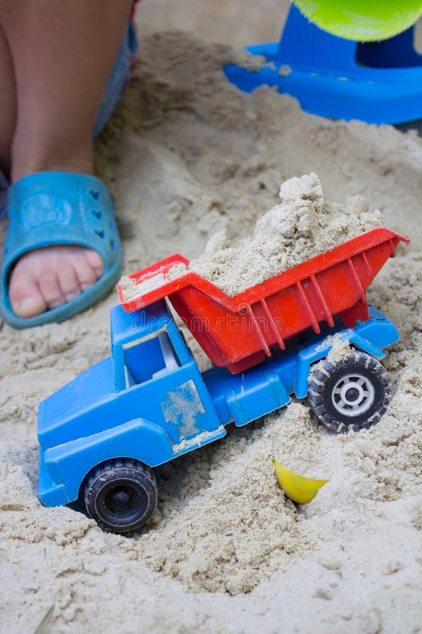 O brinquedo das crianças com areia imagem de stock